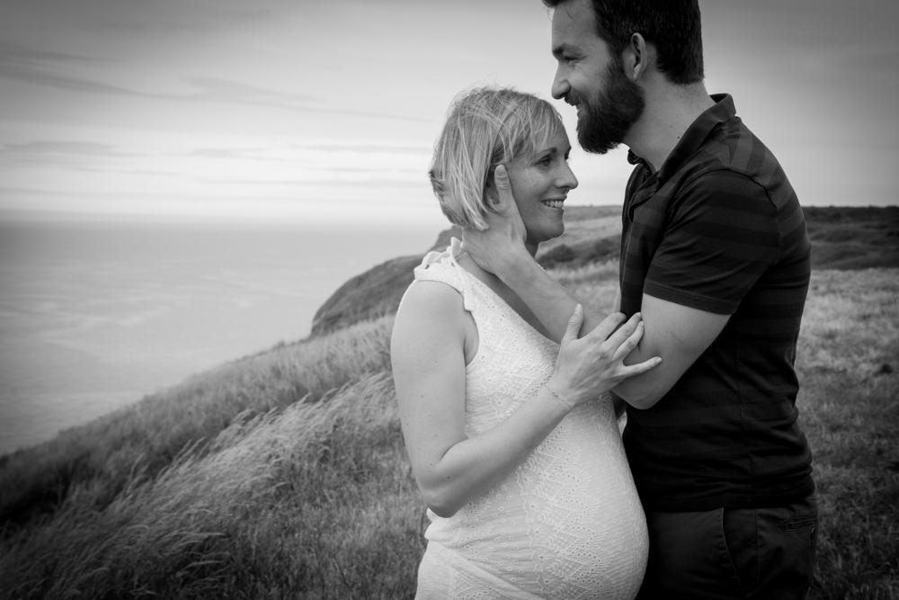 les amoureux face à la mer de senneville sur fecamp pour la séance grossesse