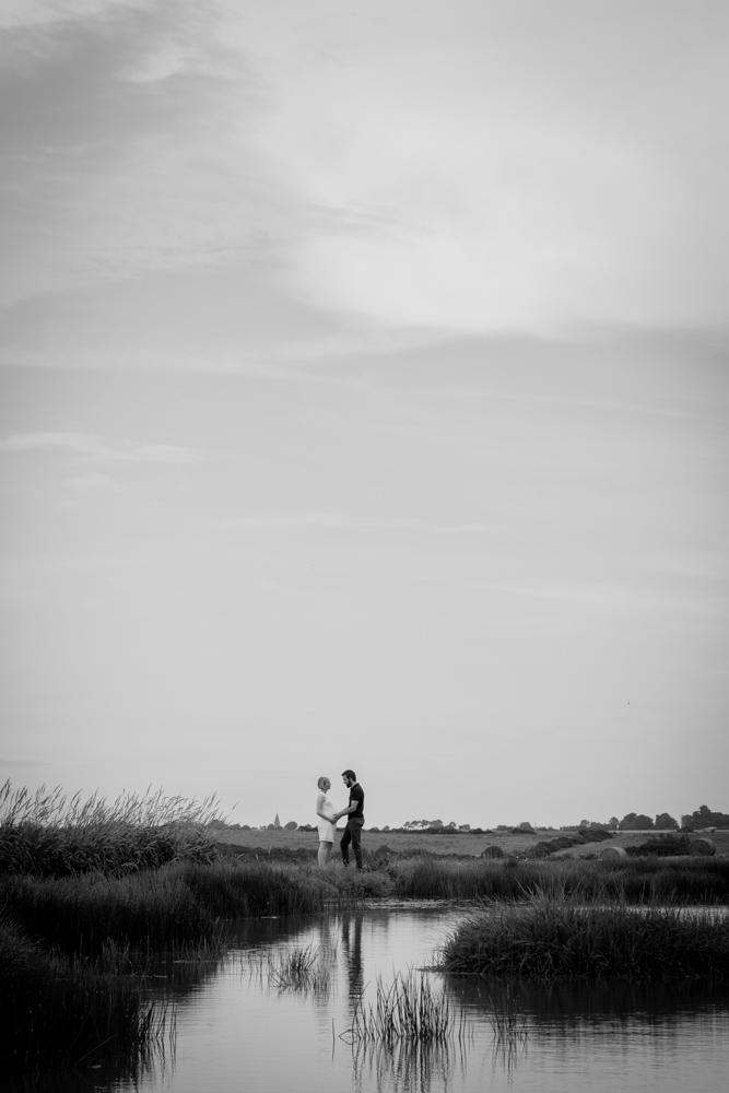 photo en noir et blanc reflet de cedric et clara séance grossesse à senneville sur fécamp normandie