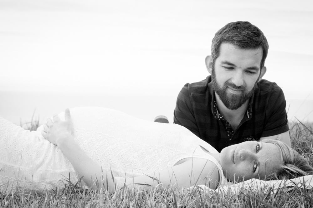 les amours allongés dans l'herbe pour la séance grossesse en normandie