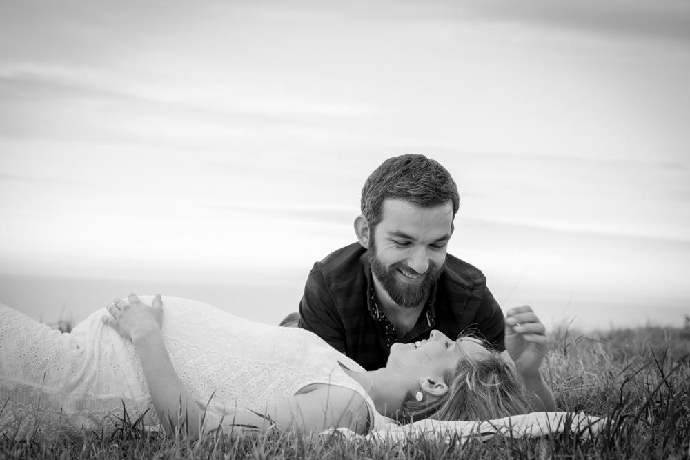 les deux amoureux se regardent avec tendresse pour la séance grossesse de clara