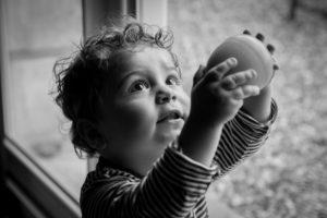 Le petit Lilio joue photo en lumière naturelle noir et blanc colleville en normandie