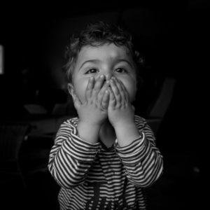 Lilio fait des bisous photo noir et blanc shooting enfant studio colleville en normandie