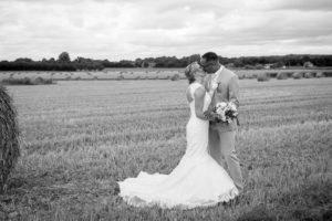 photo de couple dans les champs d'élodie et clément joli mariage normand