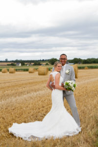 le joli mariage d'elodie et clément photos de couple dans les champs en normandie