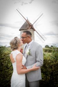 le bisou des mariés avec le moulin joli mariage en normandie