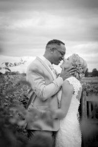 photo de couple en noir et blanc joli mariage en normandie