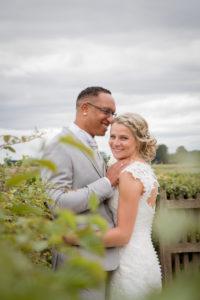 la photo de couple du joli mariage en normandie le sourire d'elodie