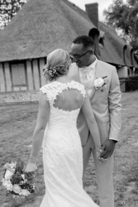 photo de couple en noir et blanc au moulin en normandie