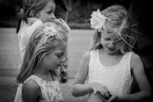 les deux fillettes jouent avant le joli mariage d'élodie et clément