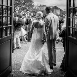la sortie de la mairie des mariés élodie et clément photo noir et blanc joli mariage normand