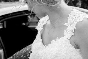 à la sortie de la voiture détail des cheveux dans le vent de la mariée