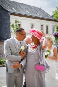 une mère et son fils a l'entrée de l'église émotion joli mariage en normandie