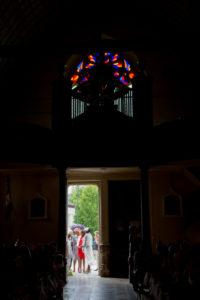 tout le monde attend sur le parvis de l'église joli mariage d'elodie et clément