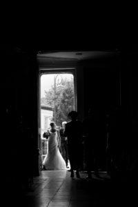 la mariée et son père à l'entrée de l'église joli mariage en normandie