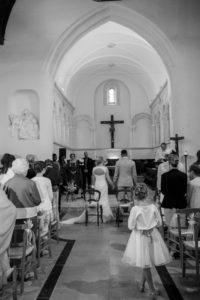 photo noir et blanc de la cérémonie dans l'église - joli mariage clément et elodie