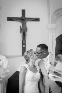 le baiser volé après les signatures dans l'église pendant le joli mariage d'elodie et clément