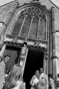 une vie en contre plongée de la sortie de l'église des mariés élodie et clément