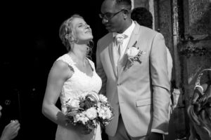 élodie la mariée profite d'un rayon de soleil après la cérémonie à l'église joli mariage normandie