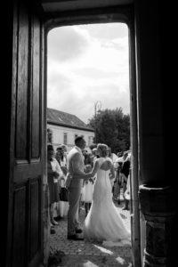 les mariés et les invités à la sortie de l'église joli mariage normand