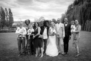 une photo de groupe en noir et blanc joli mariage normandie