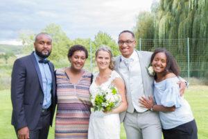 une photo de famille et amis en couleur au mariage d'élodie et clément en juillet 2017 en normandie