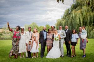 une jolie photo de famille en couleur au mariage d'élodie et clément juillet 2017