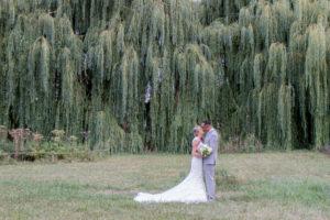 élodie et clément sous les saules pleureurs en normandie photos de couple