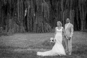 photo de couple en noir et blanc du couple elodie et clément pendant leur mariage
