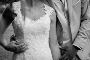 photo noir et blanc des mains du couple mariés photo en noir et blanc du joli mariage en normandie