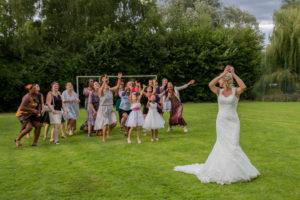 le traditionnel lancer de bouquet au joli mariage d'élodie et clément juillet 2017 en normandie