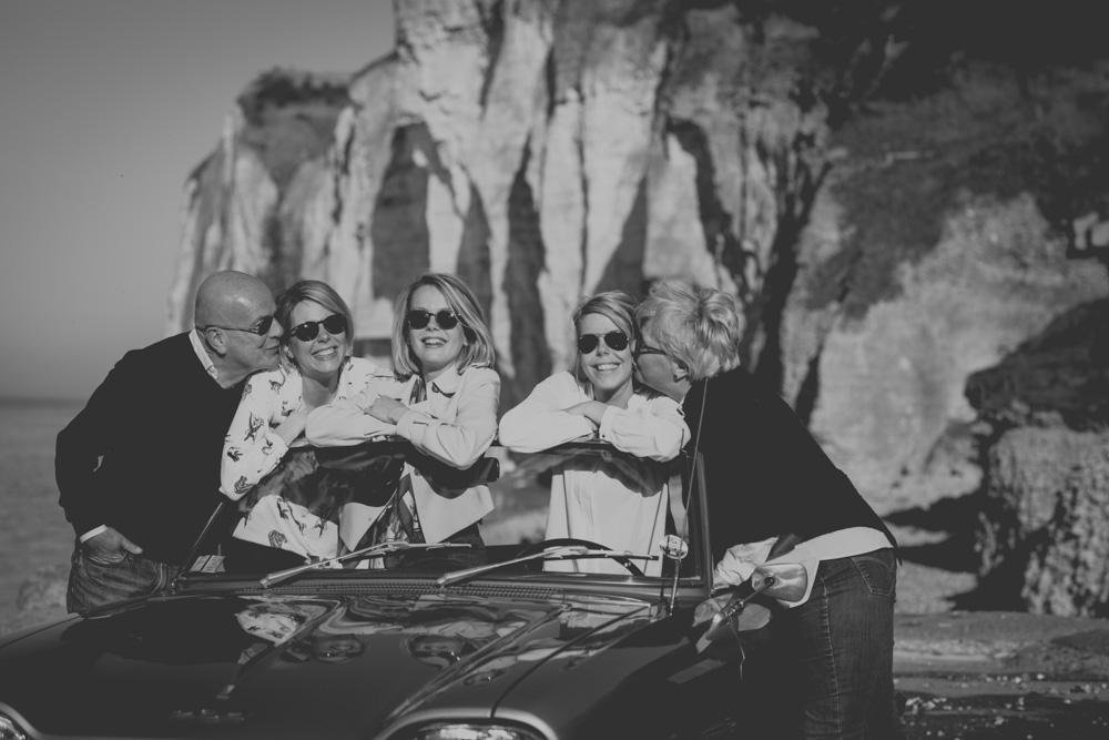 photographe famille vie bontemps plage de saint pierre en port noir et blanc lifestyle ancienne voiture photo fratrie