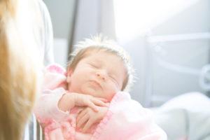 photographe bébé famille Paris contre jour