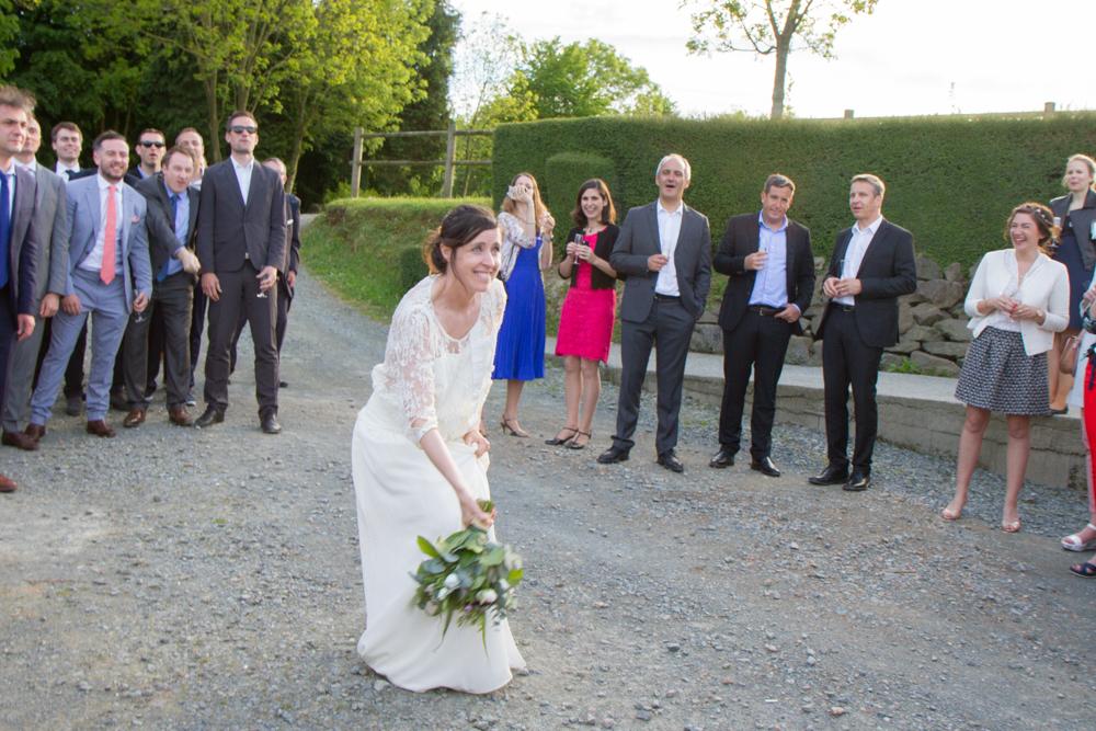 photographe mariage bohème normandie lancer bouquet