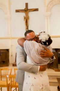 clément et sa mariage après les signatures de l'église pendant le joli mariage d'élodie et clément en normandie
