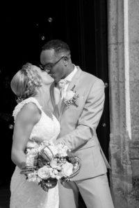 le bisou des mariés à la sortie de l'église photo noir et blanc du joli mariage en normandie