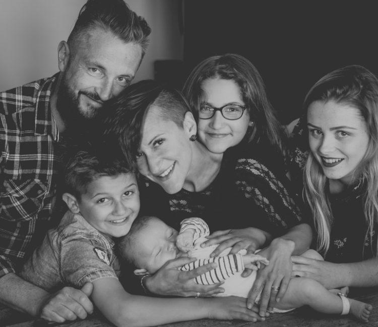 photo de famille à l'arrivée de bébé calixte normandie fecamp noir et blanc photographe famille lifestyle