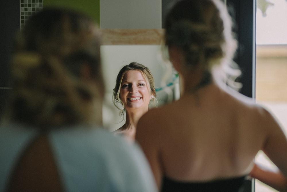 photographe de mariage à Etretat en Normandie la mariée se découvre