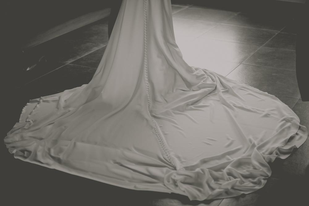 photographe de mariage à Etretat en Normandie la traine de la robe
