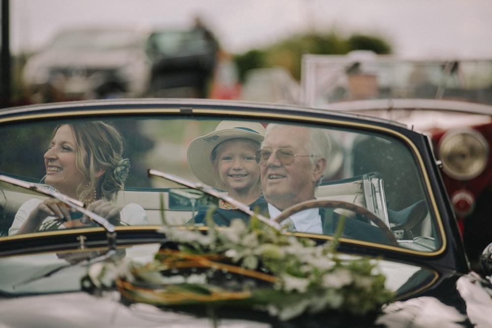 photographe de mariage à Etretat en Normandie voiture de collection
