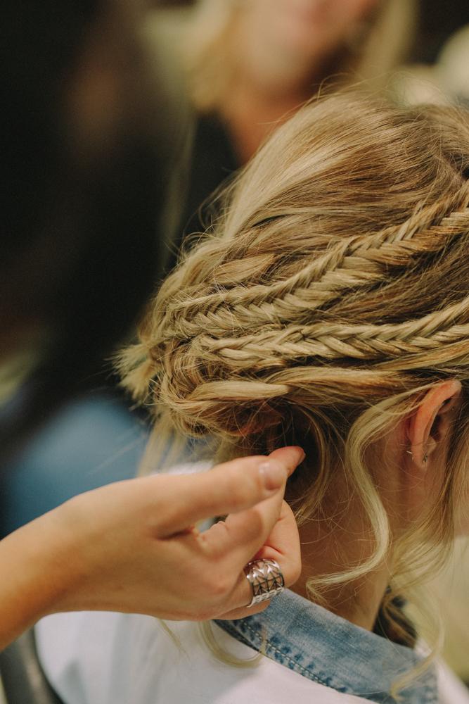 photographe de mariage à Etretat en Normandie coiffure