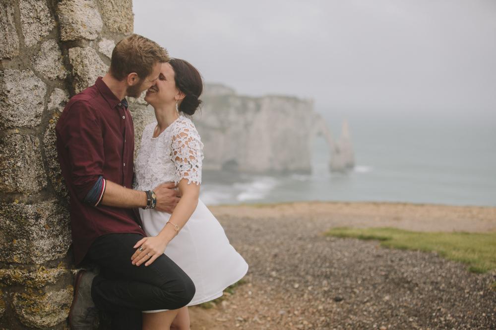 photographe de mariage à Etretat en Normandie une séance engagement sur les falaises